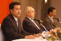 今季限りでの監督辞任を表明する。右は渡辺恒雄オーナー=2003年9月26日、平田明浩撮影