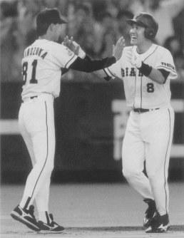 引退試合で本塁打を放ち篠塚コーチに迎えられる=1995年10月8日撮影