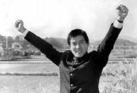 東海大の原辰徳内野手。念願の「巨人指名」に喜びのガッツポーズ=神奈川県平塚市の東海大で1980年11月26日撮影
