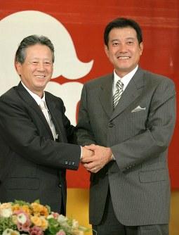 再び巨人の監督に復帰することが決まり、滝鼻卓雄オーナー(左)と握手する原辰徳氏。人事対立「わだかまり全くない」=2005年10月5日、岩下幸一郎撮影