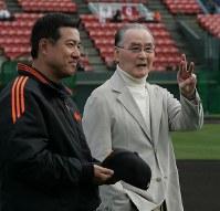 3年ぶりに春季キャンプを訪れた長嶋茂雄終身名誉監督が練習中の選手を集めて激励。左は原辰徳監督=宮崎サンマリンスタジアム 2007年2月16日(代表撮影)