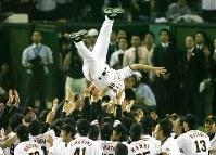 【巨人5-4ヤクルト】セ・リーグを制覇し胴上げされる巨人・原辰徳監督=東京ドームで2007年10月2日、佐々木順一撮影