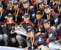 【韓国3-5日本】WBC連覇を決め、記念撮影する王貞治前監督(前列左)や原辰徳監督(中央右)ら=ドジャースタジアムで2009年3月23日、木葉健二撮影