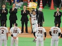 日本シリーズ第6戦【日本ハム0-2巨人】シリーズ覇者となり、ペナントを手にする原辰徳監督(中央)=札幌ドームで2009年11月7日、木葉健二撮影