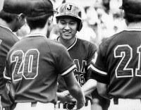 日米大学野球第4日【全米5─4全日本】四回表、左越えにソロ本塁打を放ち、ナインに迎えられる全日本の東海大・原内野手=札幌・円山球場で1979年6月27日撮影