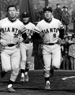 巨人新人の原辰徳内野手。江川(左)、松原(中央)とランニングで汗を流す=多摩川グラウンドで1981年1月13日撮影