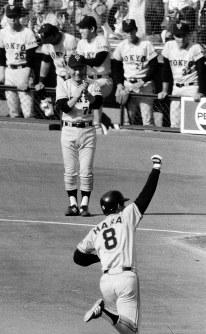 後楽園決戦・日本シリーズ第6戦【日本ハム3─6巨人】左越え2点本塁打を放ち、牧野コーチに迎えられる巨人の原辰徳=後楽園球場で1981年10月25日