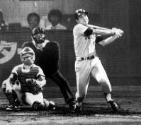 [広島6─12巨人22回戦]五回表巨人二死満塁に原が左越えへプロ初の満塁ホームランを放つ=広島市民球場で1981年8月18日撮影