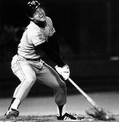 [大洋6─5巨人1回戦]六回、巨人二死満塁のチャンスで空振りの三振に倒れ、悔しがる原=横浜球場で1984年撮影