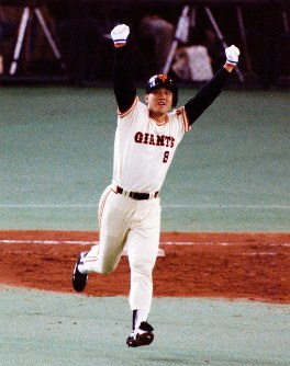 日本シリーズ[巨人6─1近鉄第5戦]七回裏巨人二死満塁、原が左中間に満塁ホームランを放ち両手をあげてガッツポーズ=東京ドームで1989年撮影