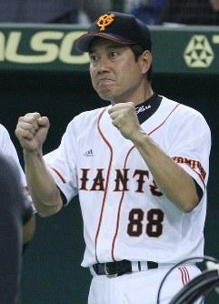【巨人5-4ヤクルト】三回裏、ソロ本塁打のゴンザレスを気合いの入った表情で迎える原監督=東京ドームで2007年10月2日、山本晋撮影