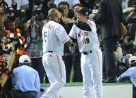 日本シリーズ第2戦【巨人-西武】サヨナラ本塁打のラミレスと抱き合う原監督(右)=東京ドームで2008年11月2日、木葉健二撮影