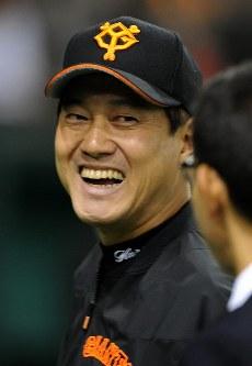 試合前、笑顔をみせる巨人の原監督=東京ドームで2008年11月8日、三浦博之撮影