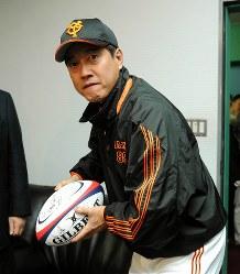 ラグビー日本代表からプレゼントされたサインボールでパス出しフォームを披露する巨人・原監督