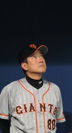 【中日-巨人】劣勢に天を仰ぐ巨人の原監督=ナゴヤドームで2010年10月21日、竹内幹撮影