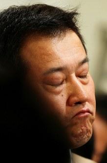 東海大の菅野智之との交渉権を逃し、会見で目を閉じる巨人・原辰徳監督=2011年10月、森田剛史撮影