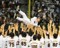 【巨人6-4ヤクルト】3年ぶりのリーグ優勝を決め、選手たちに胴上げされる巨人の原辰徳監督。8度宙に舞った=東京ドームで2012年9月21日、猪飼健史撮影