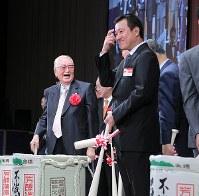 鏡開きで笑顔を見せる渡辺恒雄・読売巨人軍取締役会長(左)。右は原監督=東京都内のホテルで2012年10月12日(代表撮影)