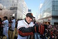 優勝パレードで観衆の声援に応える原監督=東京都中央区銀座で2012年11月25日午前10時48分(代表撮影)