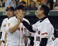 【巨人2-1広島】試合後、原辰徳監督(右)と握手する菅野智之=東京ドームで2013年9月22日、竹内幹撮影