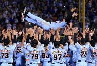優勝を決め選手たちに胴上げされる巨人の原辰徳監督=横浜スタジアムで2014年9月26日、梅村直承撮影