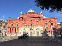 褐色と白のコントラストが美しいバーリ歌劇場