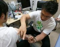 A patient receives a vaccination at a clinic in Tokyo's Shinjuku Ward on April 22, 2018. (Mainichi/Toshiyasu Kawachi)