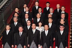 安倍晋三首相(前列中央)と第4次安倍改造内閣の閣僚たち=10月2日