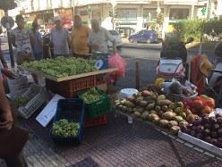 ギリシャ最大の港湾都市・ピレウスの港近くのマーケット。好天に恵まれるギリシャでは、強い太陽の光を浴びて育ったぶどうやサボテンの実などの果物が人気という=2018年9月6日(写真はいずれも三沢耕平撮影)