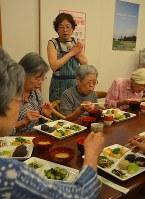 昼食会のメニューについて説明する川口美喜子教授=東京都新宿区で