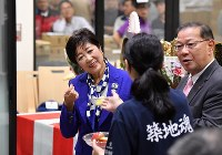 Tokyo Gov. Yuriko Koike tries an apple ahead of the first auction for vegetables and fruit at the newly opened Toyosu market in the capital's Koto Ward on Oct. 11, 2018. (Mainichi/Kimi Takeuchi)