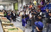Tokyo Gov. Yuriko Koike greets workers before she observes the first auction for vegetables and fruit at the newly opened Toyosu market in the capital's Koto Ward on Oct. 11, 2018. (Mainichi/Kimi Takeuchi)
