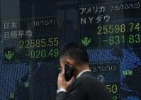 日経平均株価の値下がりを示す証券会社の電光掲示板=東京都中央区で2018年10月11日午前、宮間俊樹撮影