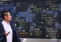 世界同時株安の様相となった各国の株価下落を示す街頭ボード=東京都中央区で2018年10月11日午後3時33分、手塚耕一郎撮影