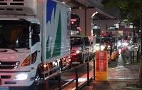 豊洲市場が開場し渋滞が発生した付近の道路=東京都江東区で2018年10月11日午前3時15分、宮間俊樹撮影