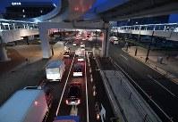 豊洲市場が開場し渋滞が発生した付近の道路=東京都江東区で2018年10月11日午前5時22分、宮間俊樹撮影