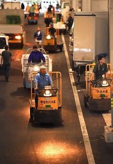 豊洲市場が開場し場内を走る小型運搬車=東京都江東区で2018年10月11日午前3時58分、宮間俊樹撮影