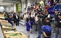 豊洲市場が開場し、青果部での初めての固定競りを見学に訪れた小池百合子都知事(中央)=東京都江東区で2018年10月11日午前6時56分、竹内紀臣撮影