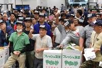豊洲市場が開場し、青果部で始まった初めての競り=東京都江東区で2018年10月11日午前6時31分、竹内紀臣撮影