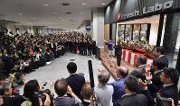 豊洲市場が開場し、初めての競りを前に手締めをする青果部の関係者ら=東京都江東区で2018年10月11日午前6時22分、竹内紀臣撮影