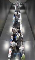 豊洲市場が開場し、混雑する仲卸売場=東京都江東区で2018年10月11日午前8時14分、竹内紀臣撮影