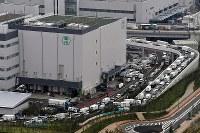豊洲市場に出入りする車で渋滞する周辺道路=東京都江東区で2018年10月11日午前8時44分、本社ヘリから宮本明登撮影