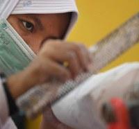 義肢装具士養成学校で義足を製作する生徒たち=インドネシア・ジャカルタで2018年10月4日、久保玲撮影