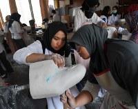 義肢装具士養成学校で義足を製作する学生たち=インドネシア・ジャカルタで、久保玲撮影