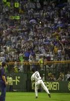 巨人戦の中止が決まり、満員のスタンドにボールを投げ、ファンサービスをする金本 =阪神甲子園球場で2003年8月26日、小関勉撮影