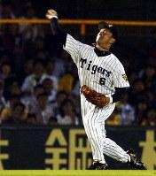 【阪神-広島】六回表広島2死二塁、野村の左前安打で二塁走者の栗原が本塁を突くが金本の好返球で本塁タッチアウト=阪神甲子園球場で2004年5月15日、貝塚太一撮影