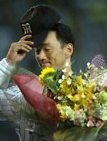 巨人戦で701試合連続フル出場のプロ野球新記録を達成し、花束を受け取る金本知憲=阪神甲子園球場で2004年8月1日、望月亮一撮影