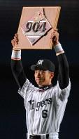 【阪神-横浜】904試合連続全イニング出場を達成し、記念盾をファンに掲げる金本=大阪ドームで2006年4月9日、小関勉撮影