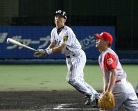 【阪神9―4広島】八回裏阪神1死満塁、金本は左足の痛みをこらえ右越えに本塁打を放つ=2006年8月6日撮影