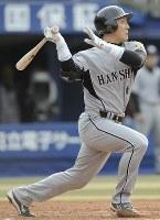 【横浜3-6阪神】七回表阪神2死三塁、金本知憲が2000安打となる右前適時打を放つ=横浜スタジアムで2008年4月12日、小関勉撮影